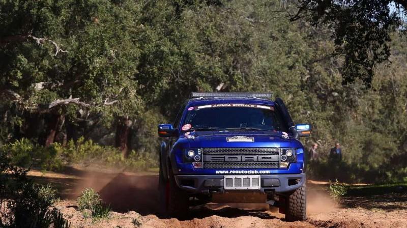 """""""RE Autoklubs"""" komandas ekipāža. Foto: africarace.com"""