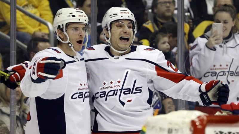 """Vašingtonas """"Capitals"""" hokejisti Niks Douds (no kreisās) un Gārnets Hetavejs svin vārtu guvumu. Foto: Charles LeClaire/USA Today Sports/Scanpix"""