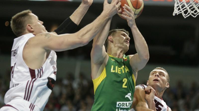 """Kaspars Kambala un Andris Biedriņš """"Tagad vai Nekad"""" pārbaudes spēlē pret Lietuvu. Foto: Reuters/Scanpix"""