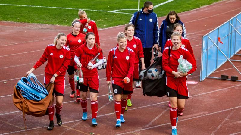 Sieviešu futbola izlase pēc pirmsspēles treniņa Liepājā / Foto: Nora Krevņeva-Baibakova