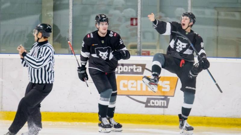 "HK ""Rīga"" hokejisti svin vārtu guvumu. Foto: Kaspars Volonts/hkr.lv"