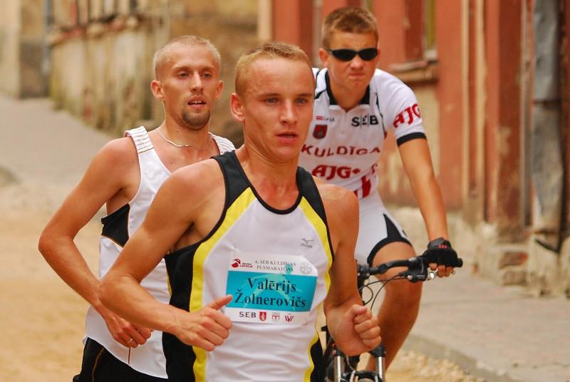 Latvijas rekordisti Žolnerovičs un Prokopčuka skries Kuldīgas pusmaratonā