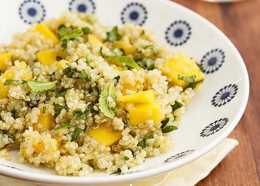 Kvinojas salāti ar mango un piparmētrām