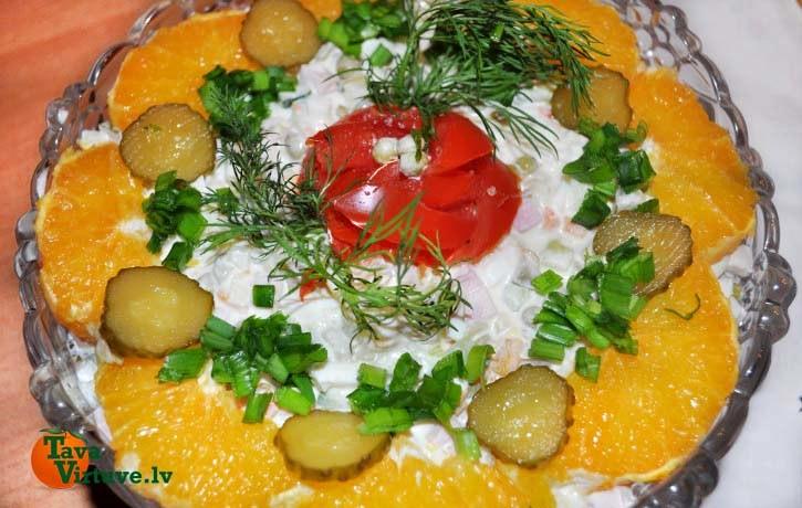 Dārzeņu un gaļas salāti svētku galdam