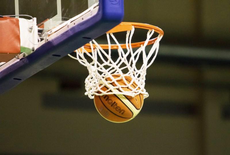 Par verbālu pazemošanu basketbola trenerim ar 50 gadu stāžu piespriež naudas sodu