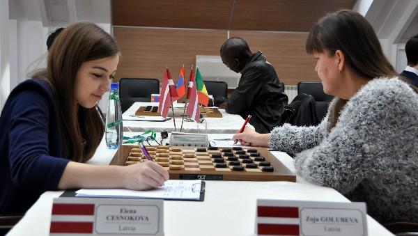 Dambretiste Česnokova apspēlē savu titulēto audzinātāju Golubevu