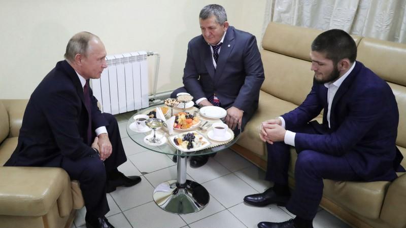 Putins lūdz Nurmagomedova tēvu nesodīt cīkstoni pārāk bargi