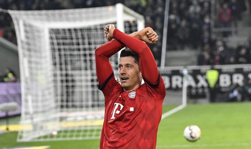 """Levandovskim vēsturisks sezonas sākums, """"Bayern"""" pārliecinoši uzvar"""