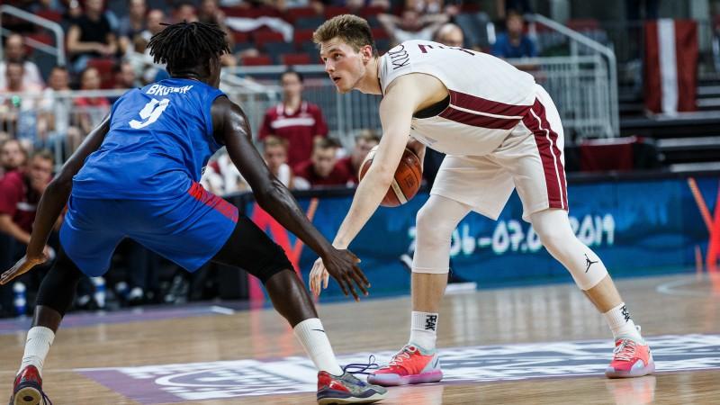Artūrs Kurucs ārdās, taču Latvijas U19 basketbolisti piekāpjas Krievijai
