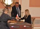 Dambretes titulmača laikā no galdiņa tiek novākts Krievijas karogs