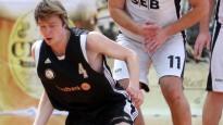 """Čempionvienības """"Swedbank"""" basketbolistiem uzvara par principiālāko sāncensi """"SEB banku"""""""