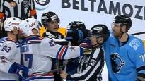 KHL uzbrucējs it kā netīšām iesit tiesnesim pa seju