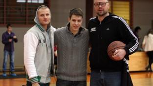 Rīgas 49. vidusskolas basketbolisti pēdējās sekundēs nosargā uzvaru VEF RSSL