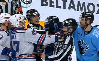 Video: KHL uzbrucējs it kā netīšām iesit tiesnesim pa seju