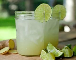Atspirdzinošs ingvera un laima dzēriens