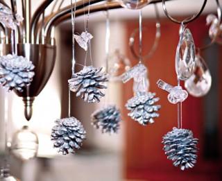 Foto: Ziemassvētku rotājumi un dekorācijas no čiekuriem