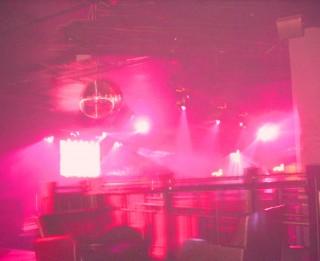 Nedēļas nogales izklaide - atkailinātas meitenes nakts klubā