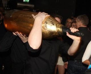 Angļu biznesmenis alkohola iegādei kādā Liverpūles naktsklubā iztērējis vairāk kā 200 000 sterliņu mārciņu