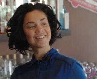 Video: Kā Samanta Tīna Čeburašku kafijas pupiņās zīmēja