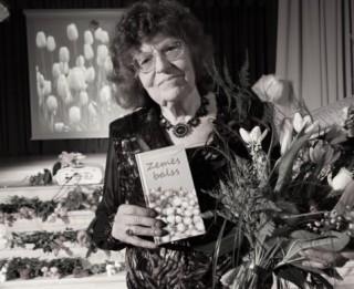 Mirusi tautā iemīļotā dzejniece Kornēlija Apškrūma