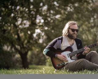 """Video: Dziesminieks RoNs laiž klajā vasarīgi enerģisku dziesmu """"Mums ir vaibs"""""""