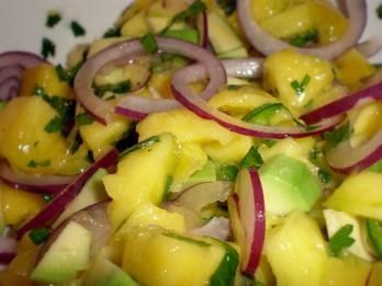 Pikantie mango un avokado salāti