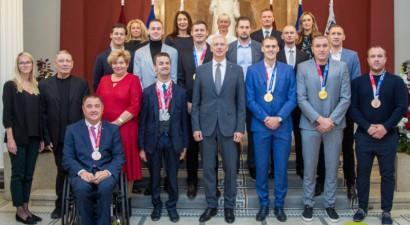 Tokijas spēļu medaļnieki ciemojas pie Latvijas valdības vadītāja
