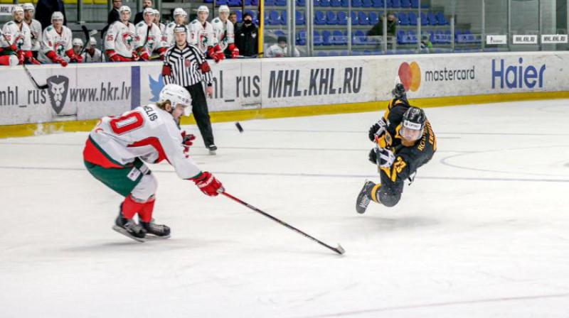 Emīls Ločmelis aizsardzībā pret Aleksandru Jerofejevu. Foto: Agris Bricis/OHL