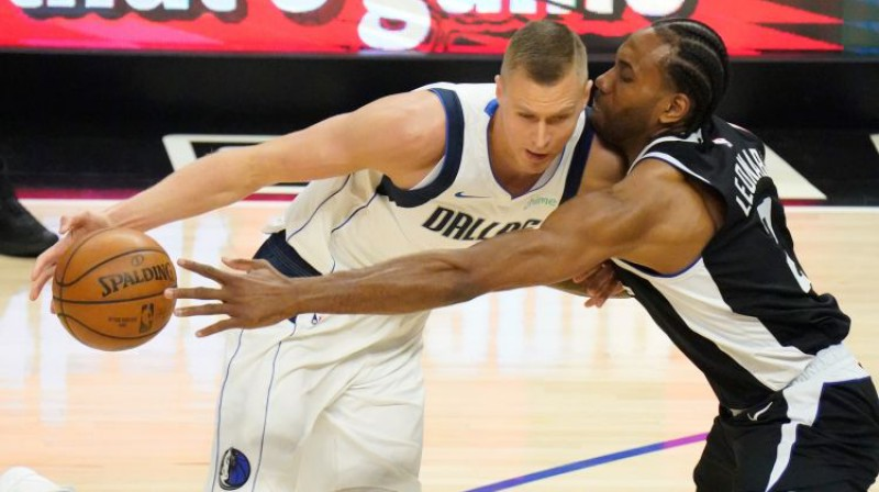Kristaps Porziņģis cīņā pret Kavai Lenardu. Foto: USA TODAY Sports/Scanpix