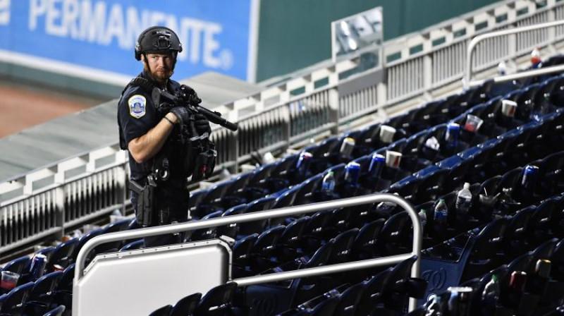 Policija pārbauda stadionu pēc spēles apturēšanas. Foto: USA TODAY Sports/Scanpix