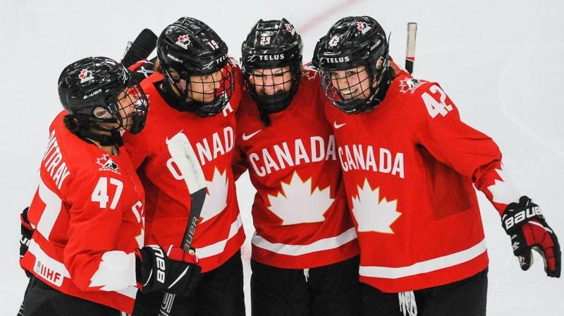 Kanādas izlases hokejistes svin vārtu guvumu. Foto: Derek Leung/AFP/Scanpix
