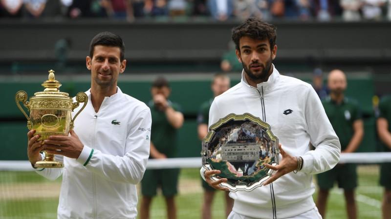 Novaks Džokovičs un Mateo Berretīni ar Vimbldonas trofejām. Foto: AFP/Scanpix