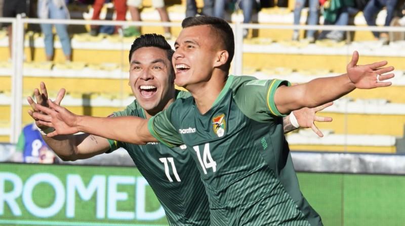 Bolīvijas izlases pussargs Moizess Vijaroelas (Nr. 14) svin vārtu guvumu. Foto: Javier Mamani/AP/Scanpix