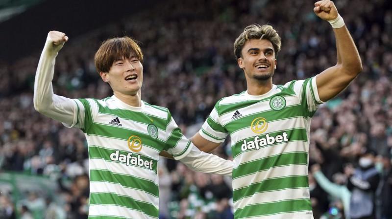 "Glāzgovas ""Celtic"" futbolisti Kjogo Furuhaši un Žota. Foto: Andrew Milligan/AP/Scanpix"