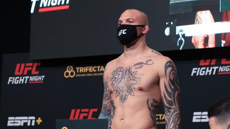 Smits karjeras 50. profesionālajā MMA cīņā gūst uzvaru pirmajā raundā