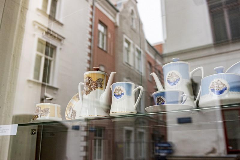 Rīgas Porcelāna muzeja skatlogos skatāmas populāras Rīgas Porcelāna rūpnīcas servīzes