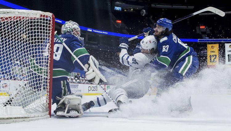 Šilovs netiek pieteikumā, ''Canucks'' pārliecinoši zaudē ''Maple Leafs''